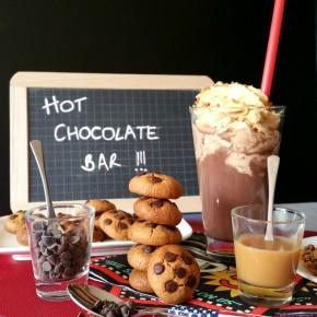 Chocolat chaud à l'américaine : Topping de chantilly au caramel-beurre salé + éclats de cookies au beurre de cacahuètes (Sans gluten)(végétarien)