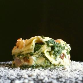 Lasagnes végétariennes aux épinards, ricotta, raisins secs et pignons depin.