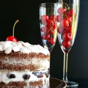 Gâteau d'anniversaire : chocolat, cerises et crème fouettée(végétarien)