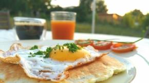 Brunch végétarien : Pancakes à la courgette, à la menthe et à la fêta, œuf àcheval