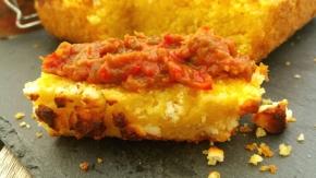 Ajvar & Proja : Caviar de poivrons-aubergines & pain de maïs à la fêta(végétarien)