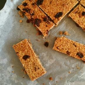 Barres de céréales maison et sans sucres ajoutés : dattes, banane et raisins secs(vegan)