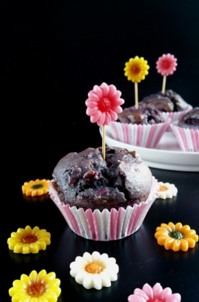 Muffins aux fruits rouges et à la violette (vegan)